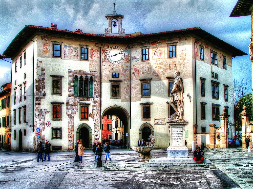 palazzo-dell-orologio-statue-cosimo-piazza-cavalieri-pisa-tuscany-italy